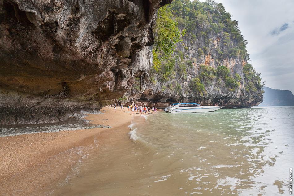 Туристов (в основном с Пхукета) привозят к пляжу на острове Ко Пханак (Ko Phanak).