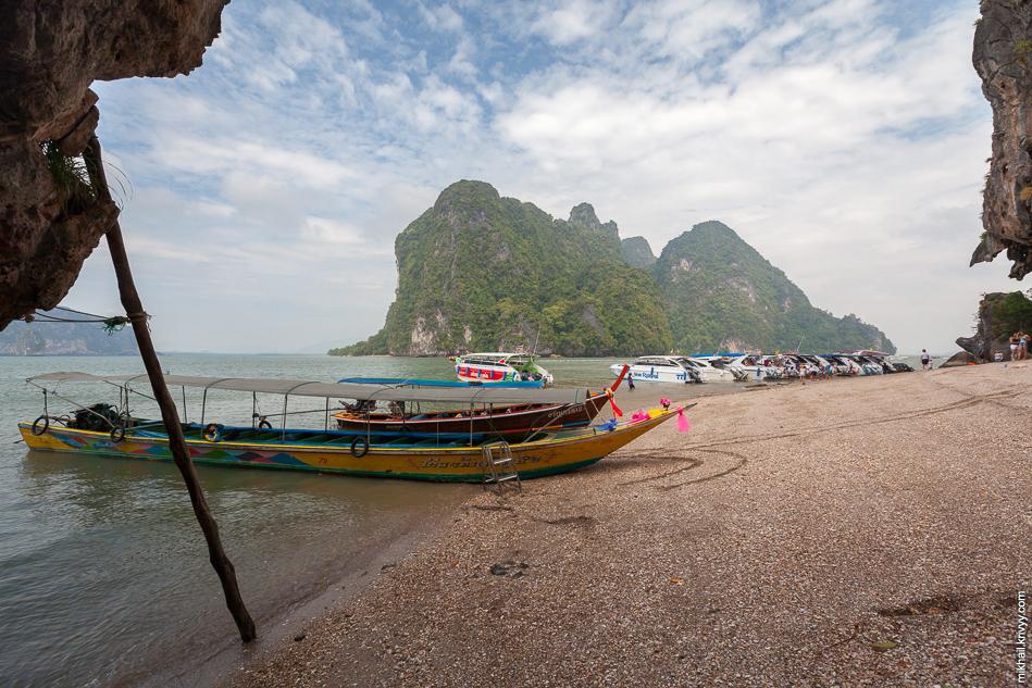 Один из пляжей острова Кхао Пинг Кан. Остров сосвсем небольшой, можете представить сколько людей привозят лодки. А на острове еще есть центральная пристань.