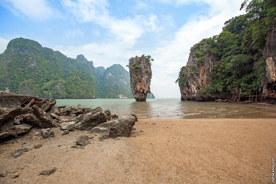 Главной туристической достопримечательностью залива является остров Ко Тапу (Ko Tapu, เกาะตะปู). Вид с острова Кхао Пинг Кан (Khao Phing Kan). На фоне - остров Ко Раия Ринг (Koh Raya Ring).