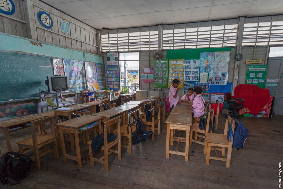 Класс в школе Ко-Паньи (Koh Panyee, เกาะปันหยี). Дети тут массово играют в карты.