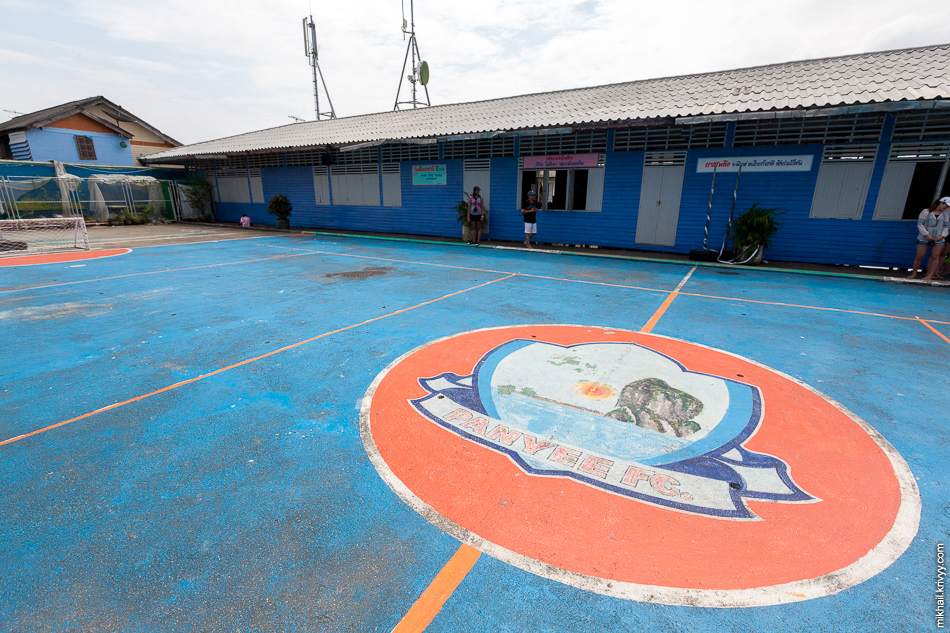 Школьное футбольное поле с логотипом местного футбольного клуба. Само собой, тоже на сваях.