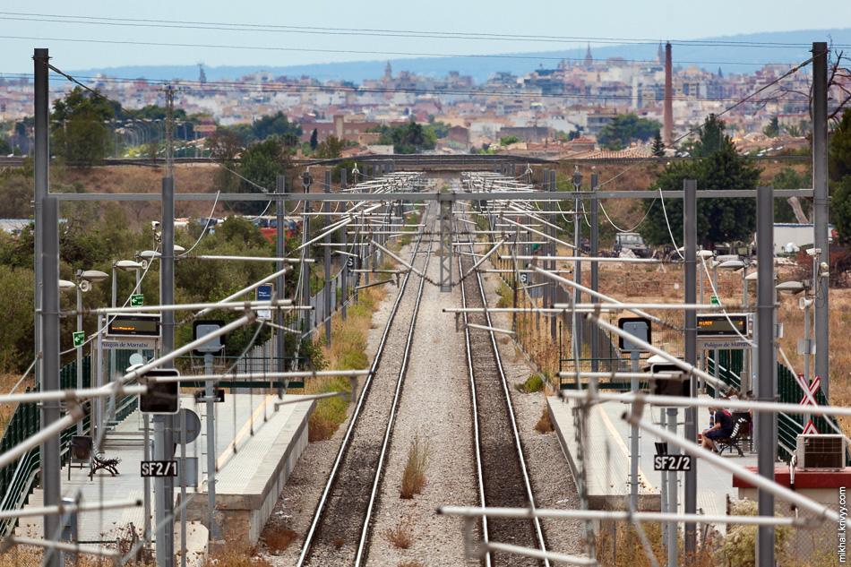 Вот так выглядит электрифицированный участок. Поезда тут разгоняются до 100 км/ч. Заявленная средняя скорость движения - 80 км/ч. Видна станция Polígon de Marratxí.
