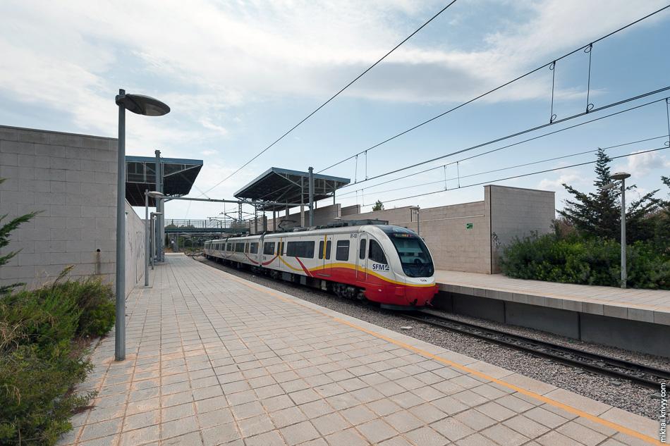 Станция Es Caülls/ Festival Park. Мне показалось, что некоторые станции не пользуются спросом. Электропоезд Serie 81 de SFM 81-17/81-18.