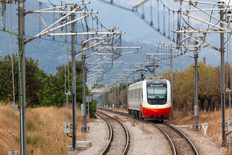 В это же время, с северной стороны подходит электропоезд Serie 81 de SFM из Пальмы.