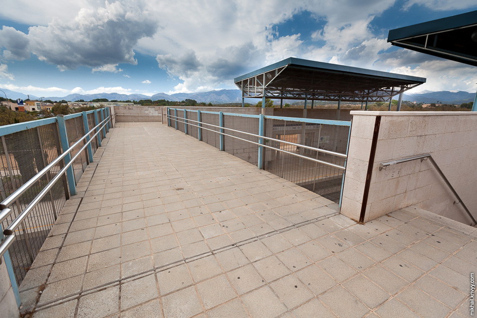 Переход на станции Es Caülls/ Festival Park. Без поликарбоната и вполне безопасно.