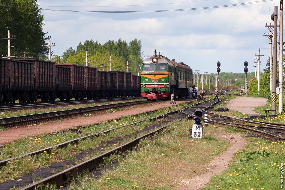 1. Это тепловоз М62-1692 с поездом Батецкая - Дно. Там никогда не было много вагонов. Это лето 2008 года. Теперь это история, поезд отменен.