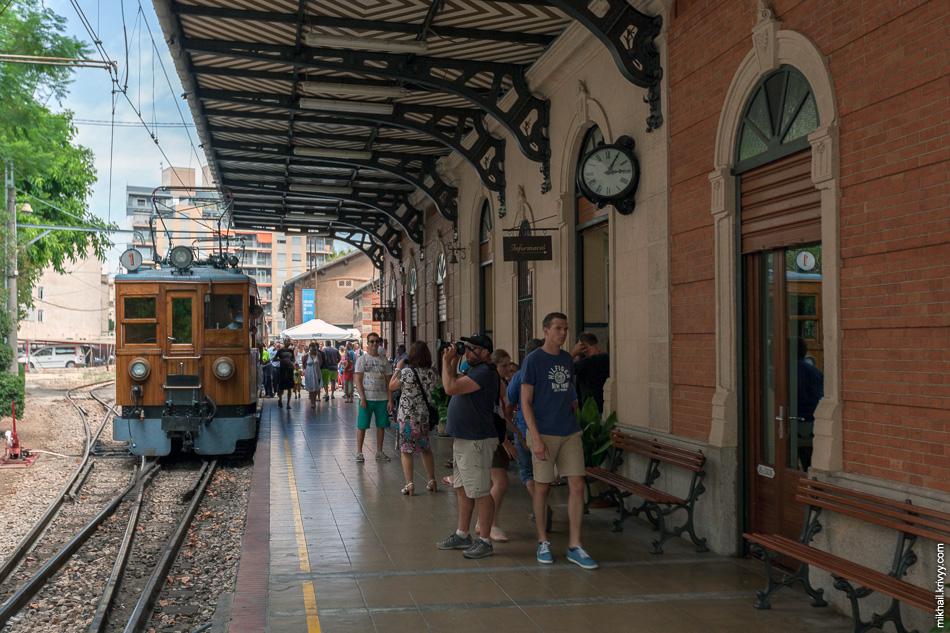 Вокзал Пальма-де-Мальорка совсем небольшой. Похоже, что он был изрядно реконструирован во время строительства интермодального терминала в Пальме. Тогда, находящийся рядом, основной железнодорожный вокзал убрали под землю.