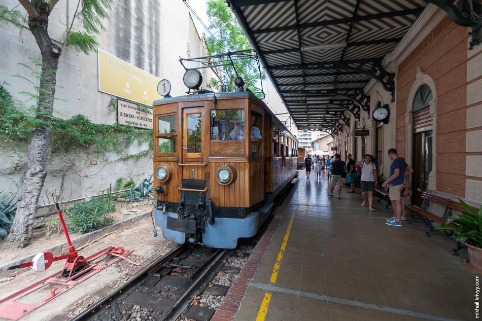 Электровоз на станции Пальма-де-Мальорка.