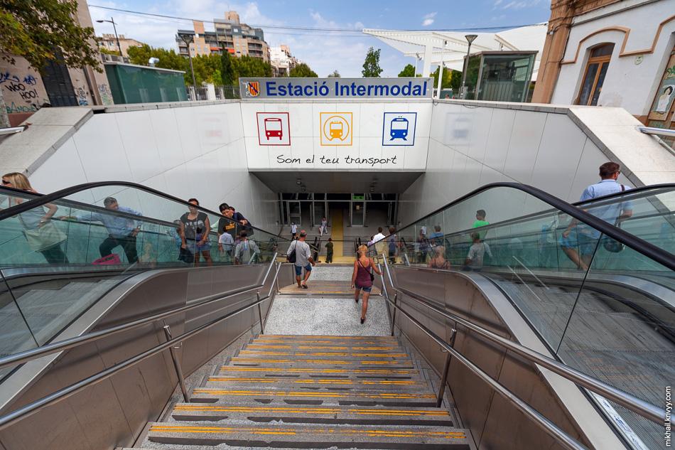 Вход в подземный мультимодальный терминал Plaça d'Espanya, построенный на месте вокзала. На поверхности сейчас разбит парк.