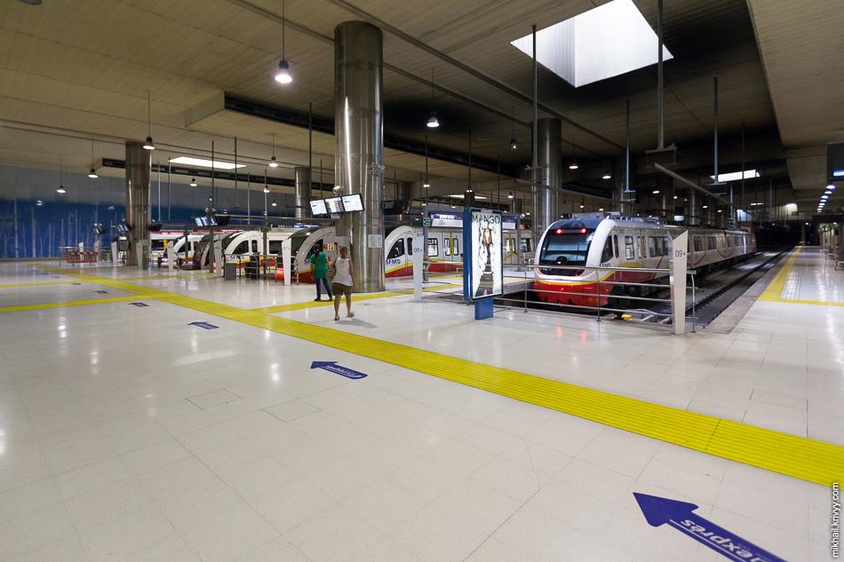 Платформы мультимодального терминала. Справа - традиционная железная дорога, слева - метро.