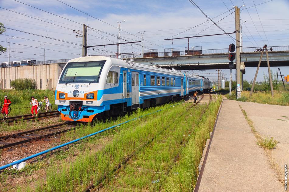 Летом 2010 года стали заменять тепловозы ТЭП70 на новые дизель-электропоезда ДТ1.   Очень странное решение, с учетом того, что электрифицированы только несколько километров на территории Великого Новгорода. На фото видно, что даже на этом участке поезда ходили на дизеле.