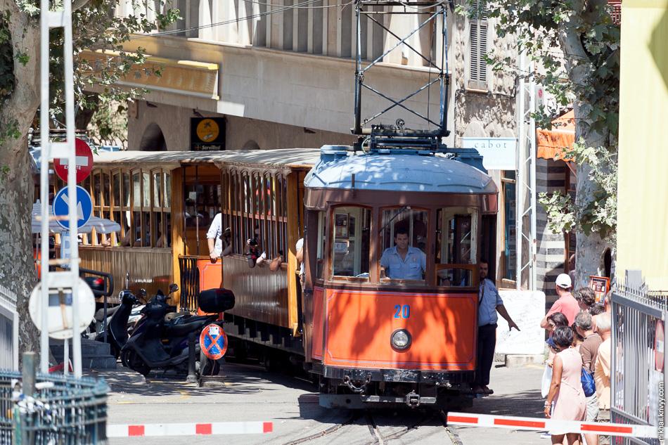 Трамвай Сольер - Порт-де-Сольер в районе вокзала.