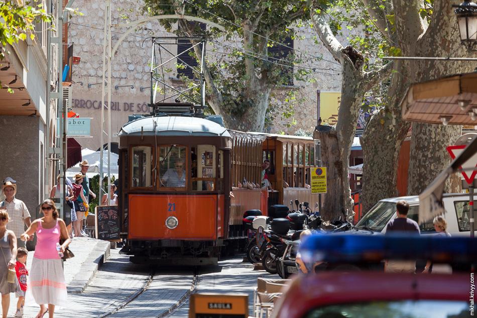 Трамвай Сольер - Порт-де-Сольер на фоне здания вокзала. Вагоны с 20 по 24 раньше ходили в Лиссабоне (Португалия).