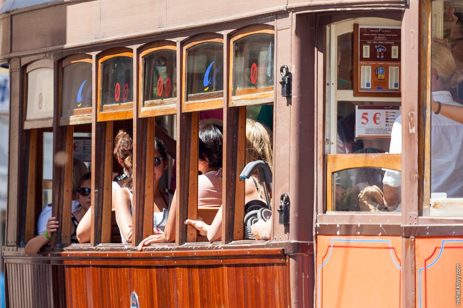 Трамвай, как и поезд, пользуется большим спросом у туристов.