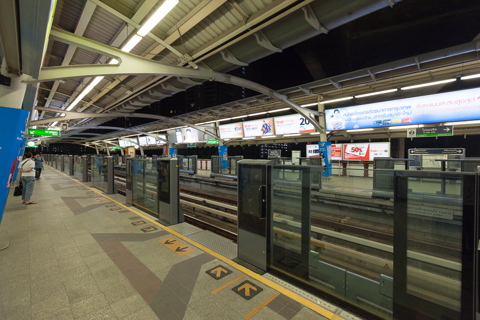 Станция Paya Thai. Вы думаете ограждение для безопасности? Нет, оно прежде всего для того, чтобы рекламу показывать. В салоне поезда тоже безостановочно крутят рекламу, причем, с довольно громким звуком.