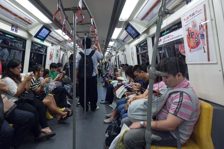 "Вагон поезда метро. Игра ""найди пассажира без смартфона""."