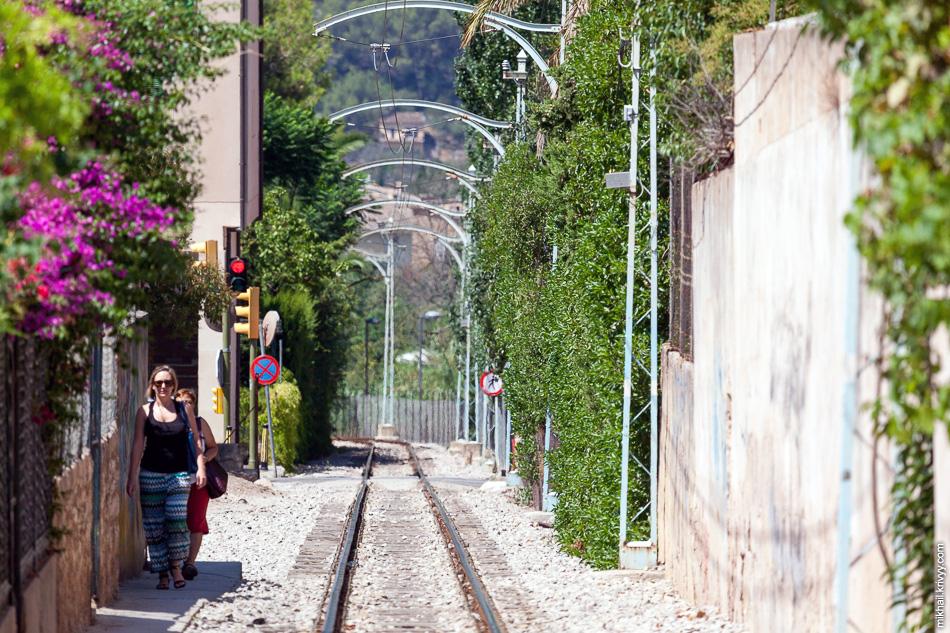 Только небольшую часть маршрута трамвай идет по городским улицам.