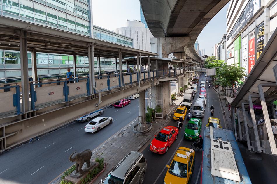 Переходной мост (Skybridge) между станцией Sala Daeng надземного метро и станцией Si Lom поземного метро.