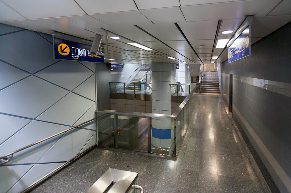 Интересное явление - промежуточный этаж между верхней и нижней платформой. В подземном метро Бангкока три станции имеют одну платформу над другой. Станция Si Lom.