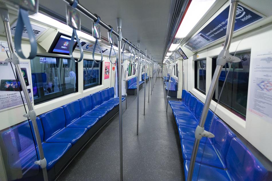 Вагон метро без пассажиров.
