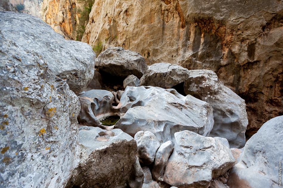 Иногда камни имели очень причудливую форму. В некоторых камнях были абсолютно гладкие чаши размером с небольшой бассейн.