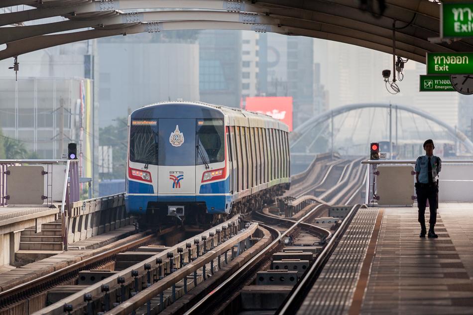 Поезд надземного метро отправляется со станции Surasak.