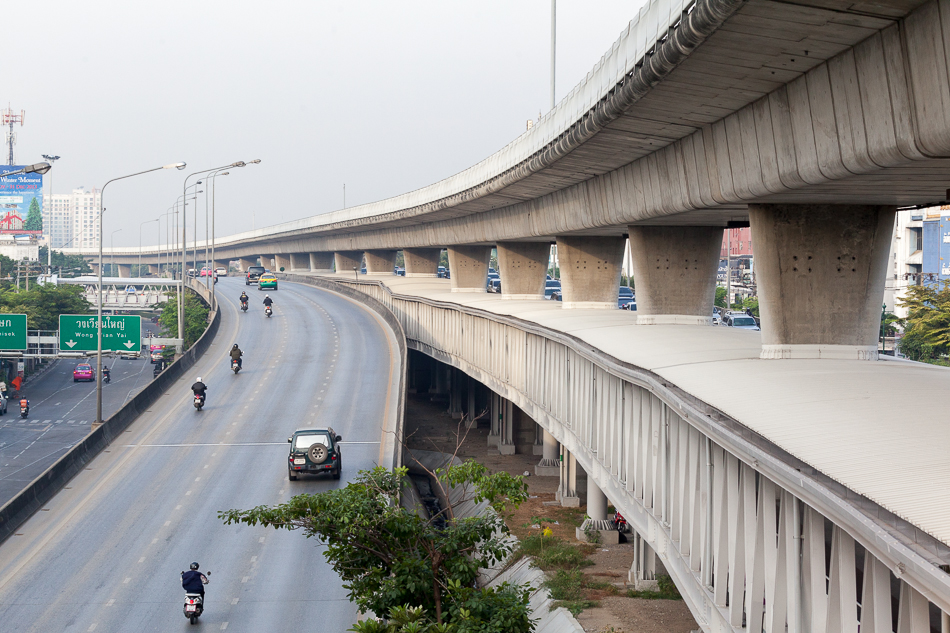 Переходной мост (Skybridge) может быть достаточно большим. Переходной мост между станцией Wongwian Yai и одноименным перекрестком.