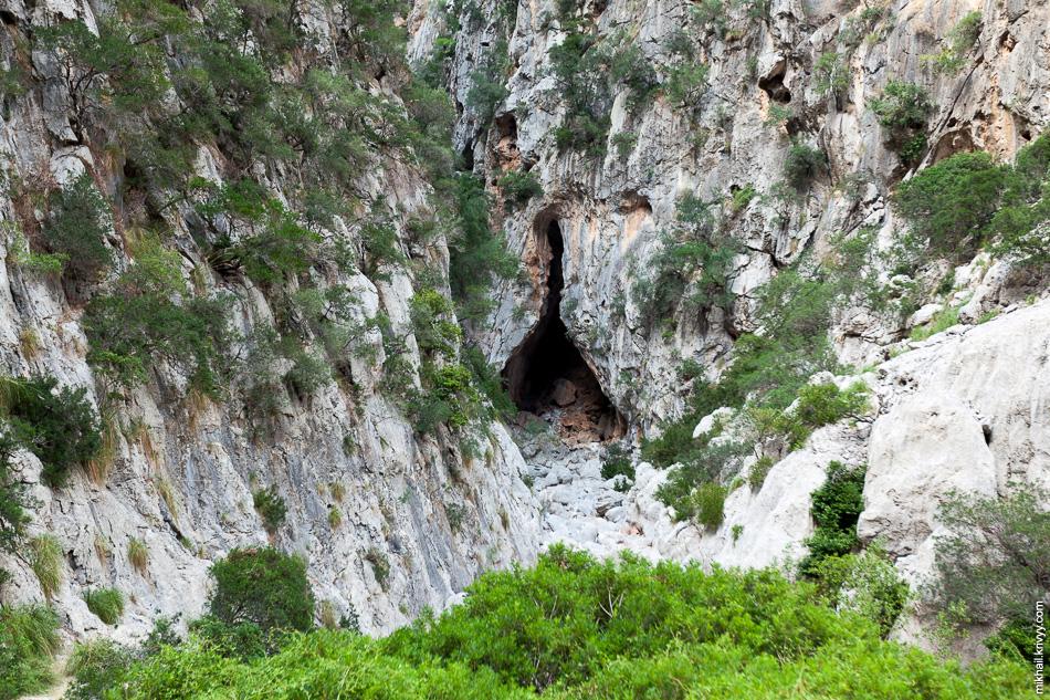 Пещера vor Clot de l'Infern. Ущелье Torrent de Pareis.