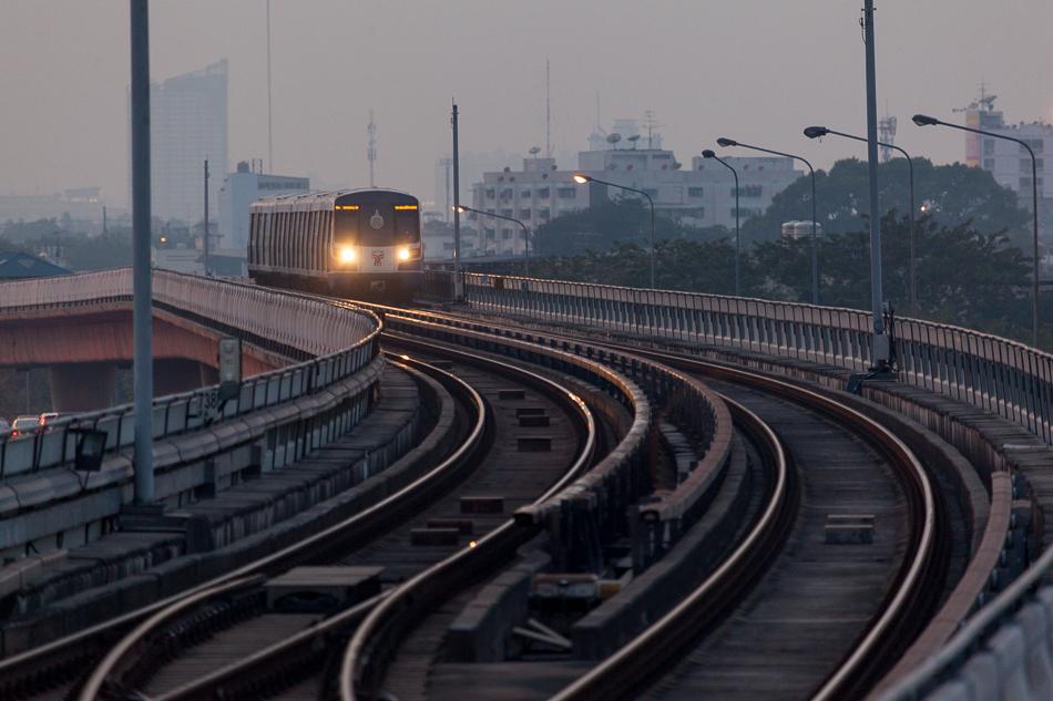 Поезд надземного метро (BTS Skytrain) между станциями Phothinimit и Wongwian Yai. Линия Силом (Silom line), на схемах тёмно-зелёного цвета. Этот участок открыт в 2013 году.