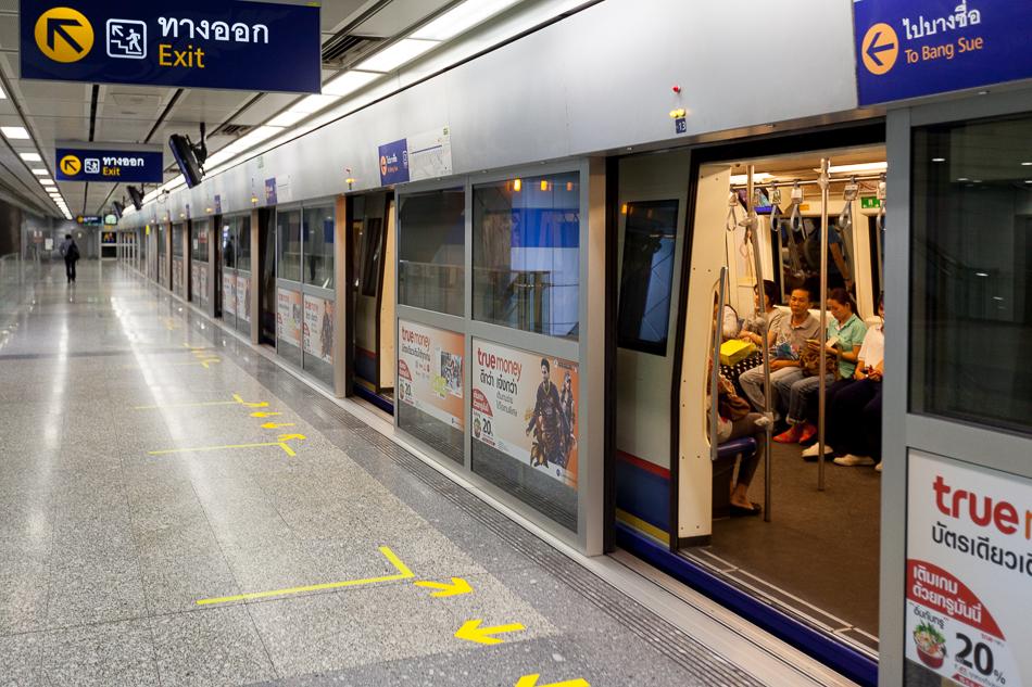 Поезд на станции Hua Lamphong. Подземное метро Бангкока.