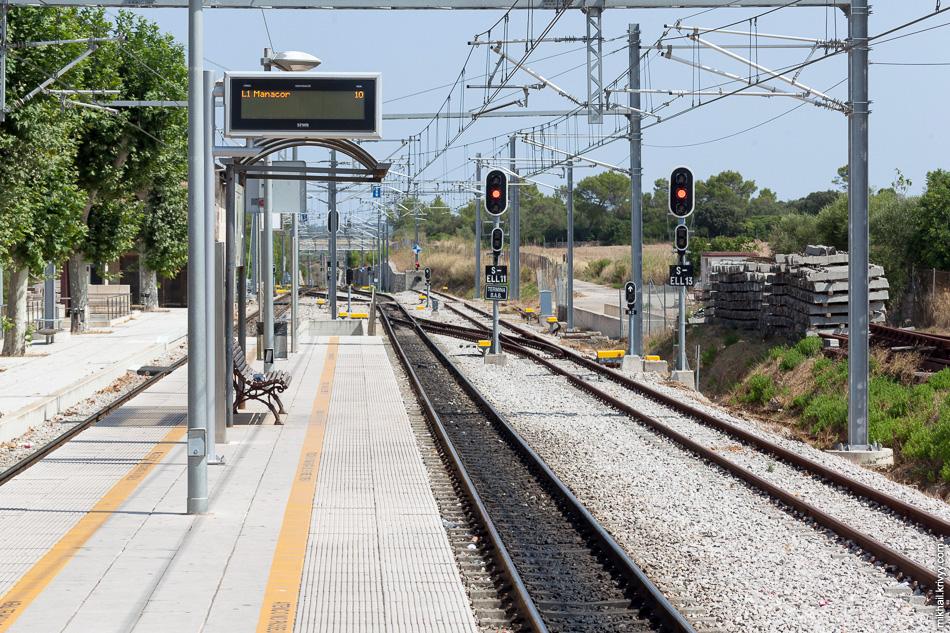 Станция Эньяс (Enllaç). Дальше электрификации нет.
