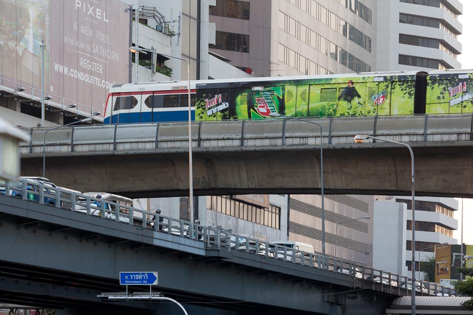 Поезда надземного метро полностью облеплены рекламой. С наружной рекламой в Бангкоке проблемы.