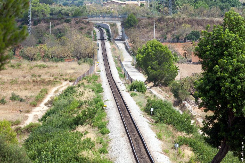 Вид с путепровода в районе станции Эньяс (Enllaç) в сторону Манакора.