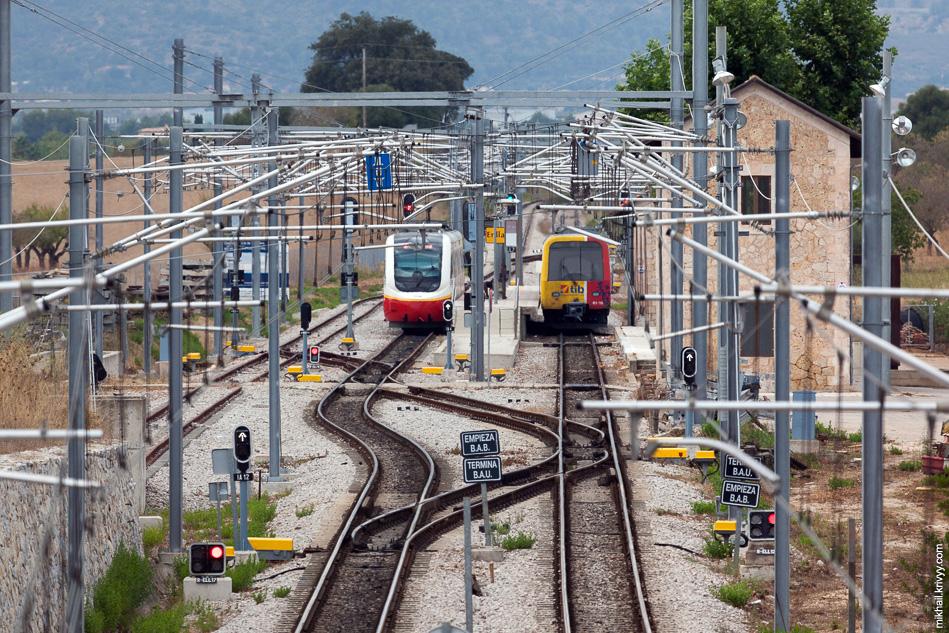 Станция Эньяс (Enllaç). Здесь заканчивается электрификация и пути расходятся в Са-Поблу (Sa Pobla) и Манакор (Manacor).