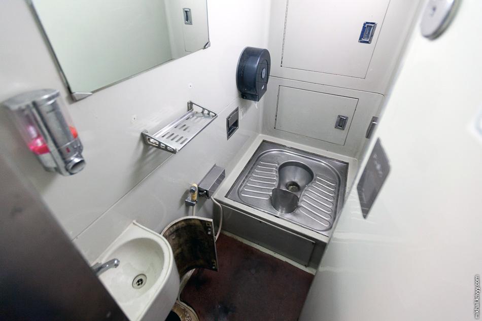 Во втором туалете унитаз азиатского типа. Душа нет. Этот туалет пользовался меньшим спросом, большая часть пассажиров вагона - туристы из Европы, США и ЮАР.