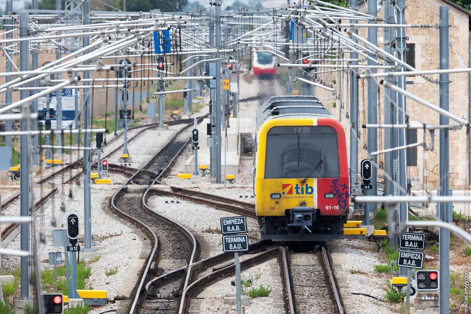 Электропоезд идет обратно в Пальму, а дизель-поезд может пойти по одному из двух направлений - Са Поблу (Sa Pobla) или Манакор (Manacor).