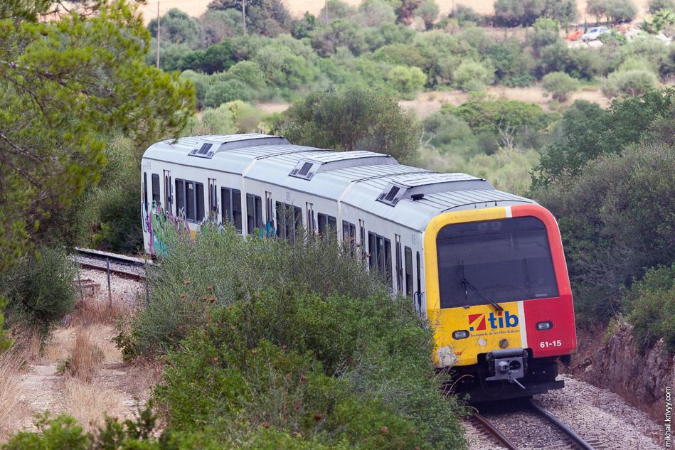 Дизель поезд Serie 61 de SFM из Са-Поблы (Sa Pobla) подходит к станции Эньяс (Enllaç) с южной стороны.
