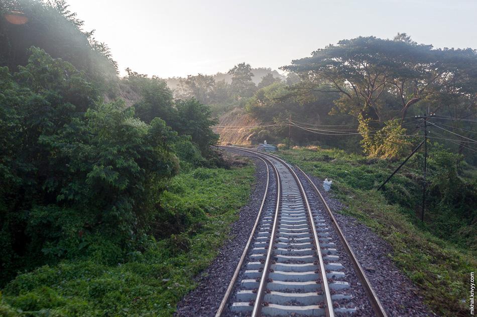 Утро для нас началось где-то на подъезде к национальному парку Doi Khun Tan. Уже рассвело. Поезд шел со скоростью 50 км/ч. Сразу же стало понятно что мы идем с опозданием, правда не понятно на сколько.