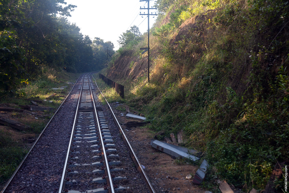 Как раз на территории национально парка мы должны были пересечь горный массив Khun Tan. Поезд еще больше снизил скорость и стал активно петлять. Пожалуй, это самое красивое место на всем пути между Бангкоком и Чиангмаем.