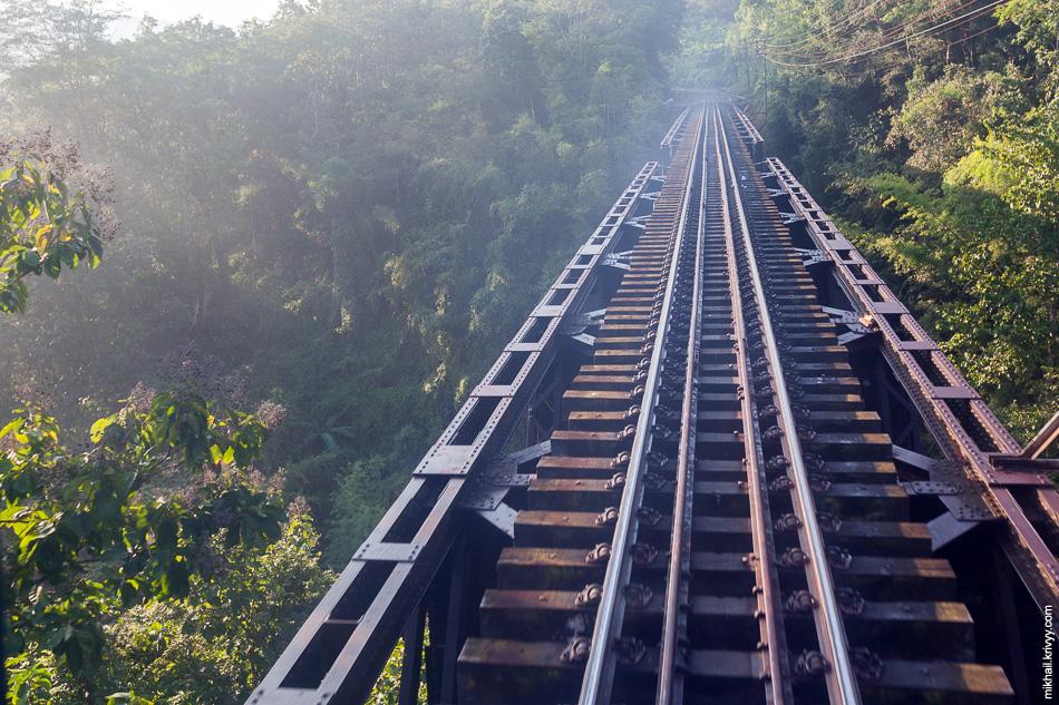 Нам встретилось несколько достаточно высоких виадуков. В самых красивых местах поезд встречали споттеры.