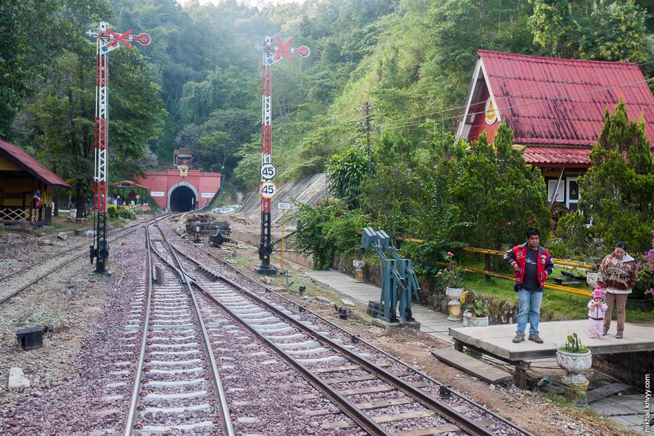 У северного портала тоннеля находится самая высокая станция в Таиланде - Khun Tan. Высота - 758 метров над уровнем моря.
