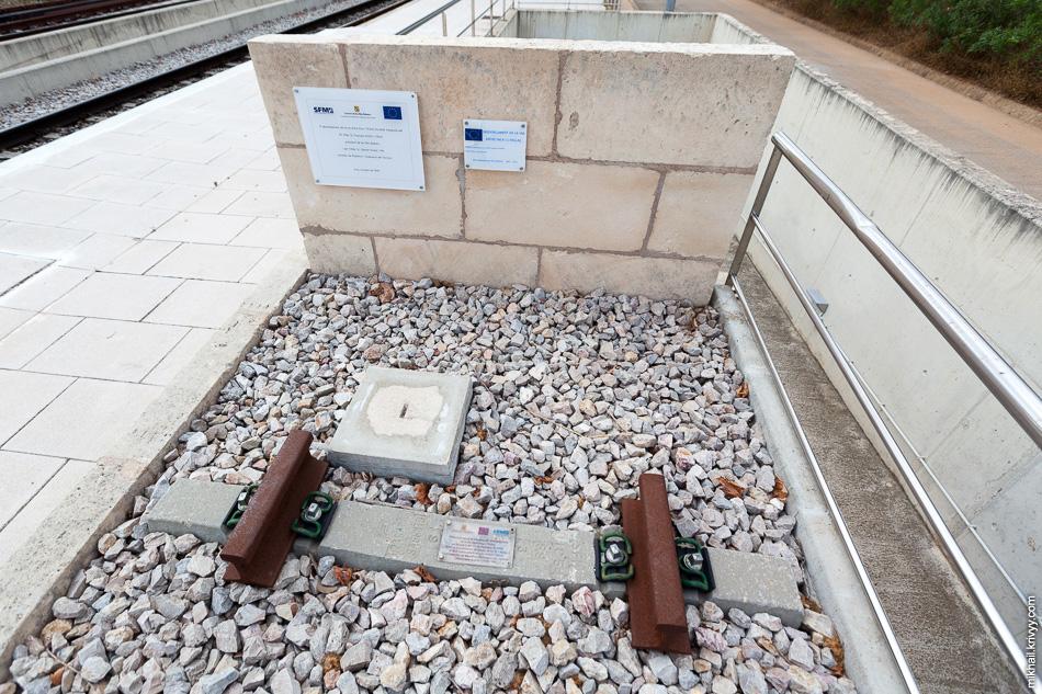 Памятная шпала на станции Станция Эньяс (Enllaç).