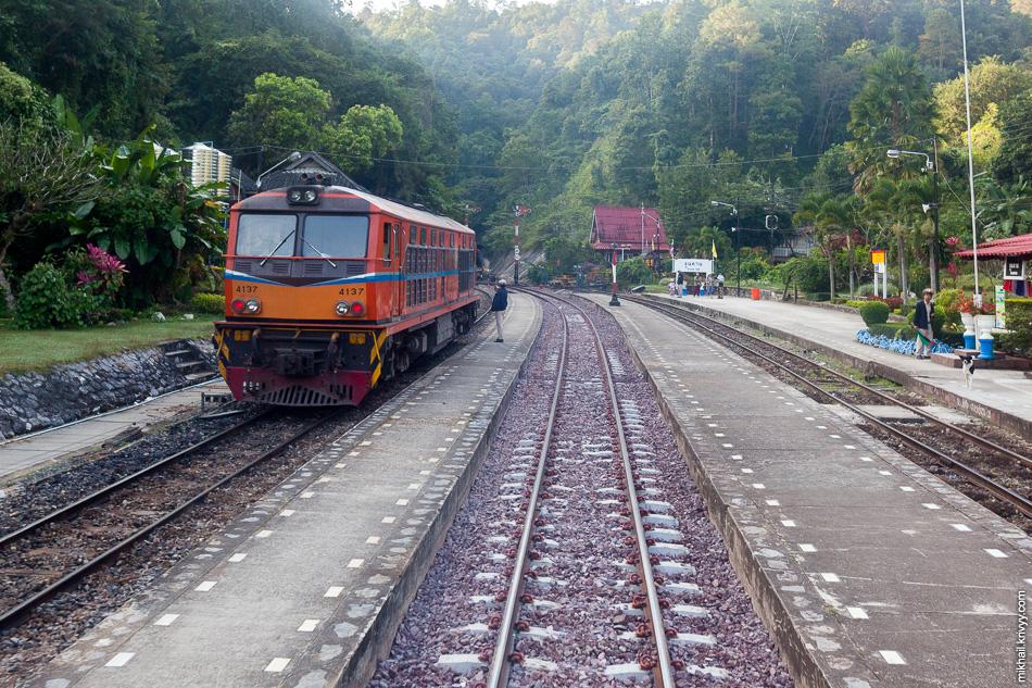 Станций тут не много. Почти на каждой расходимся со встречным поездом. В данном случае, с тепловозом Alsthom 4137.