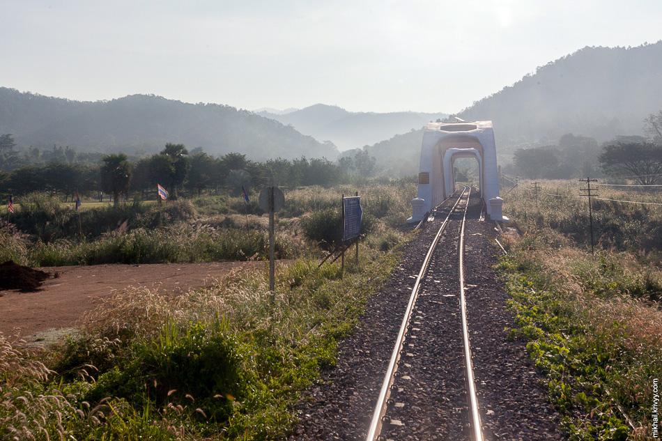 Мост через реку Tha. Горный массив Khun Tan заканчивается. Поезд разгоняется до 70 км/ч.  Еще через пол часа начинаются пригороды Чиангмая.
