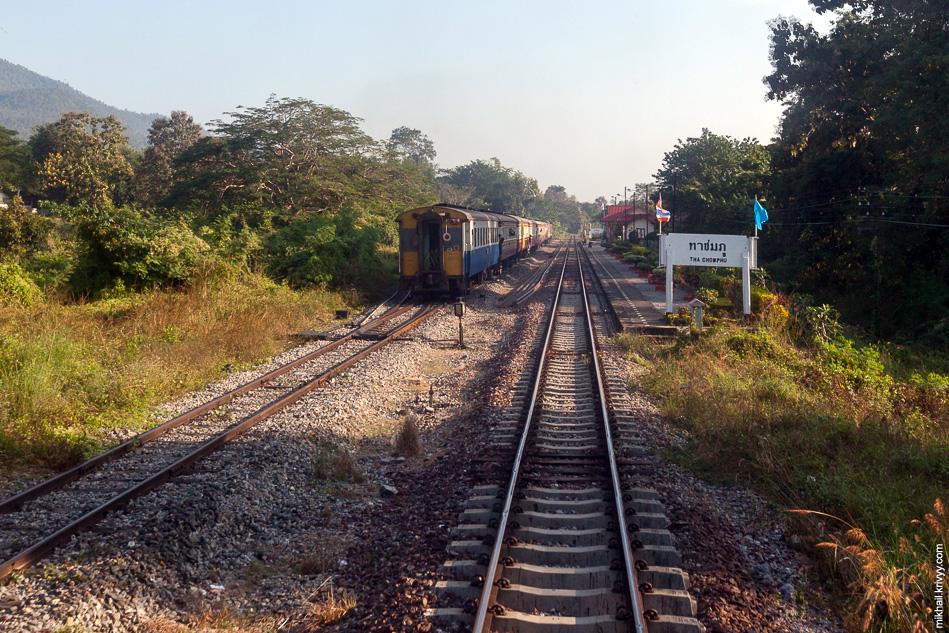 На станции Tha Chomphu расходимся с очередным встречным поездом.