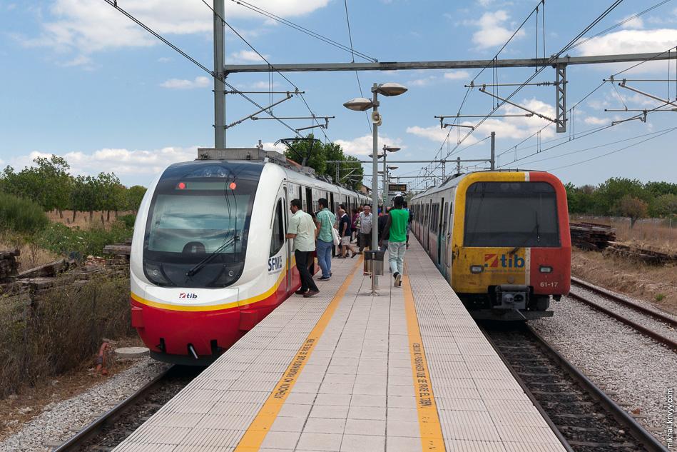 Станция Эньяс (Enllaç). Буквально за 1-2 минуту пассажиры пересаживаются из одного поезда в другой.