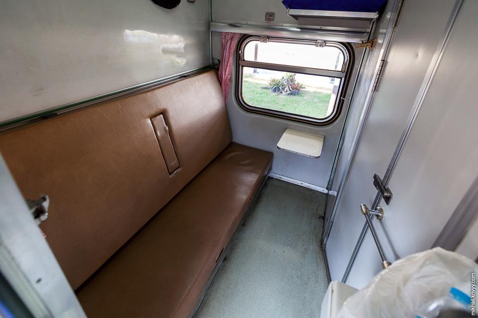 Купе небольшое. Вдвоем в нем достаточно тесно. Места для багажа нет. Как мне показалось, ширина кроватей больше чем в наших купе. Окна не открываются, вагон очень активно кондиционируется.