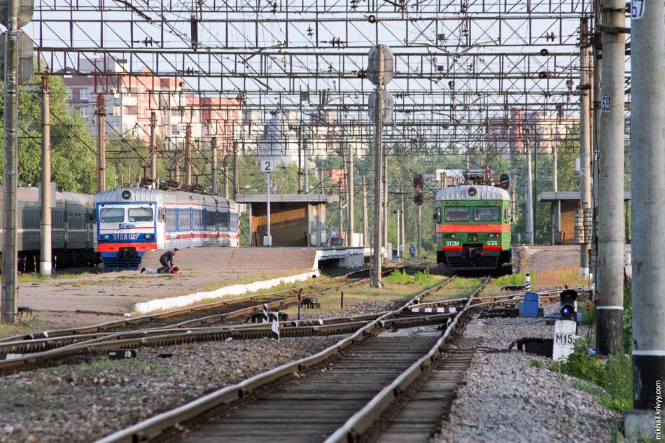 """2007 год. На вокзале сразу две электрички. ЭТ2Л-027 """"Гудок"""" только что пришла из Санкт-Петербурга, а ЭТ2М-036 из Малой Вишеры."""