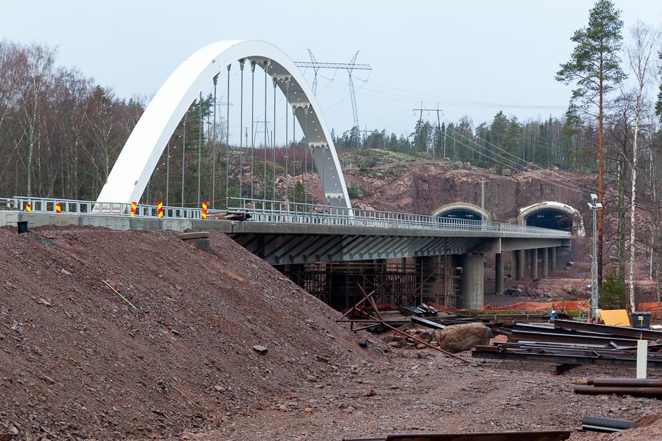 Подвесной мост - главный символ строящейся автомагистрали.