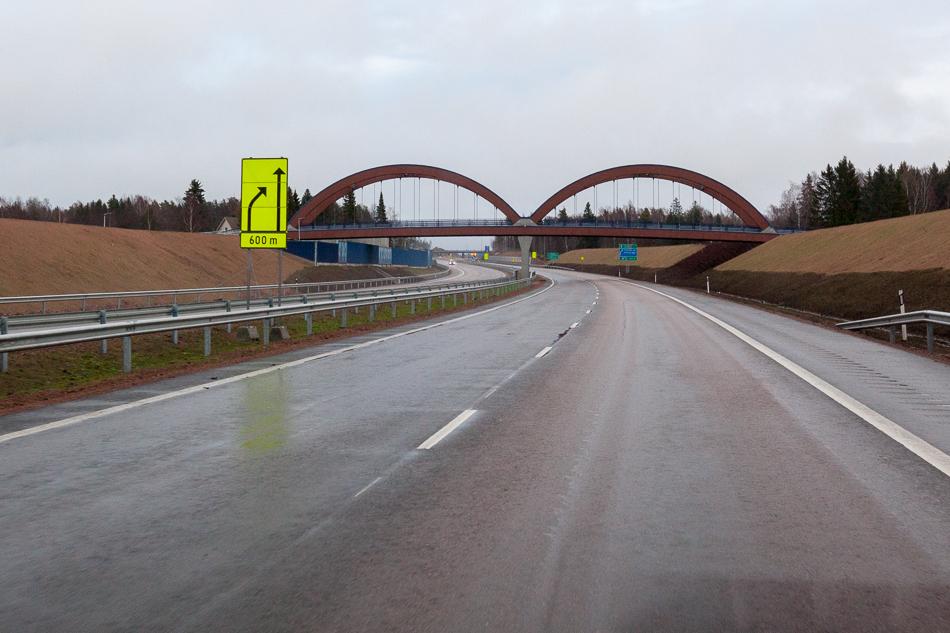 Видимо муниципалитет выбил себе мост по особому проекту. Оригинальные архитектурные сооружения позволяют привлечь больше внимания транзитного транспорта к муниципалитету. Участок от ГЭС Ловийса до заправки ABC в районе деревеньки Pyhtää.